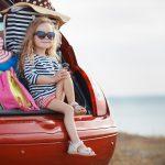 Meisje in kofferbak met koffers en tassen